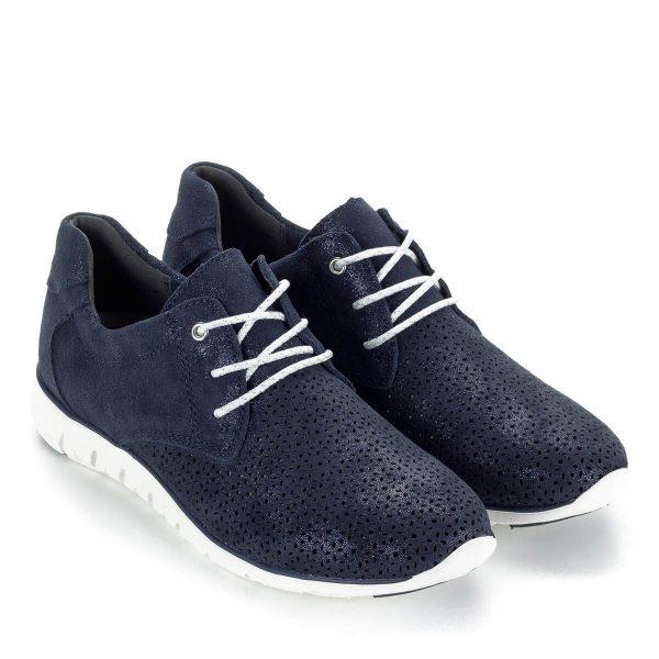Sportos Marco Tozzi női cipő lyukacsos bőr felsőrésszel, kék színben. Súlya nagyon könnyű, a kényelmet a memóriahabos talpbélés garantálja.