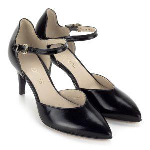 Anis fekete pántos szandálcipő bőr felsőrésszel és bőr béléssel. A cipő sarka 7 cm magas, pántja biztonságosan tartja a lábat.