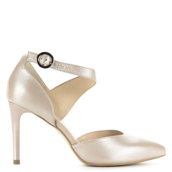 Bézs pántos Kotyl szandálcipő, felsőrésze és bélése is bőrből készült. Gyöngyház hatású színe és pántja teszi különlegessé. Sarka 8,5 cm magas.