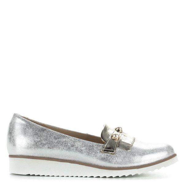 Carla Ricci ezüst női cipő bőrből. A cipőt oldalanként három gyöngy és halvány arany színű rátét díszíti. Bélése bőr, a talp anyaga gumi.
