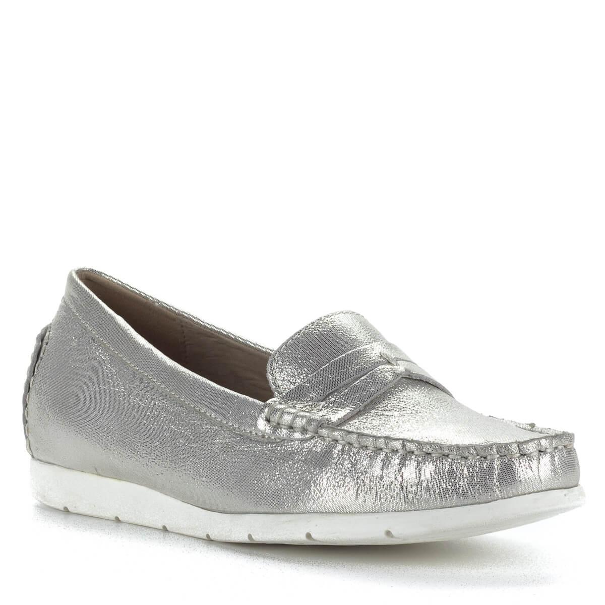 a3b1a6da36 Kényelmes; Caprice mokaszín ezüst színben, csillogós, apró mintás bőr  felsőrésszel és bőr béléssel.
