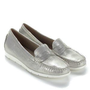 Caprice mokaszín ezüst színben, csillogós, apró mintás bőr felsőrésszel és bőr béléssel. Kényelmes, hajlékony gumi talpa és kialakítása garantálja a kényelmet. Tavasztól kora őszig tökéletes választás.