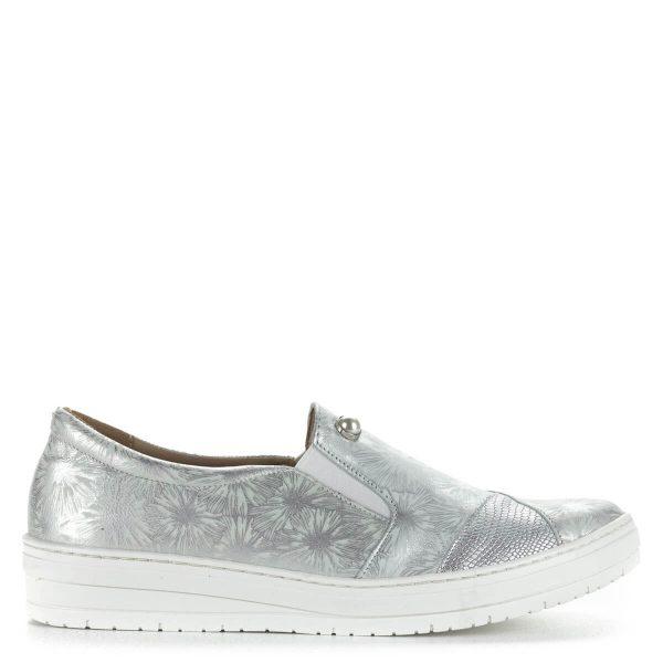 Ezüst Carla Ricci női bőr cipő, felületét virágminta és oldalanként egy-egy gyöngy díszíti. Felsőrésze és bélése bőrből készült, a talp anyaga gumi