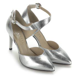 Ezüst Kotyl szandálcipő bőr felsőrésszel és bőr béléssel. Pántja kecsessé teszi a lábat és biztonságot nyújt. Sarka kb 8,5 cm.