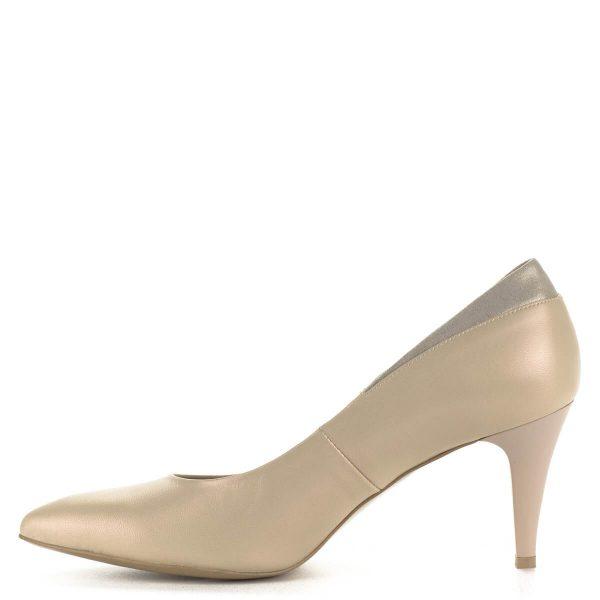 Gyöngyház fényű bézs Anis körömcipő bőrből, sarka kb 7,5 cm magas. Letisztult, nagyon elegáns bőr cipő, hátsó részén arany színben pompázó betéttel.