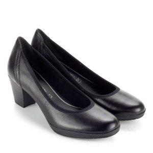 Kis sarkú fekete Marco Tozzi cipő. Sarka kb 5,5 cm magas, AntiShokk technológiájú. Memóriahabos talpbéléssel készült.
