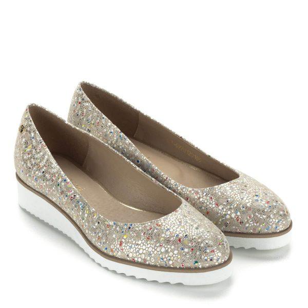Színes mintás Carla Ricci női cipő enyhén emelt sarokkal, bőrből. A bőr felsőrészt apró színes minta díszíti. Vidám, könnyed, kényelmes cipő.