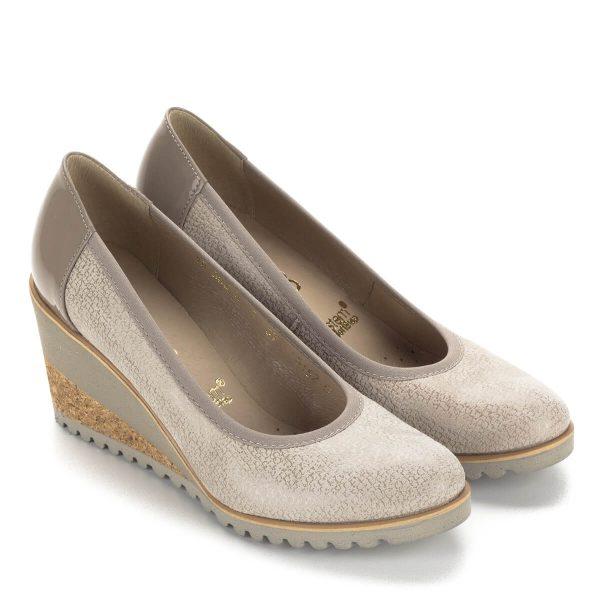 Világos Bioeco női cipő kényelmes éksarokkal. Sarokmagassága 7 cm. Bélése és felsőrésze egyaránt bőrből készült, kérge lakk bőr. Ideális hétköznapra.