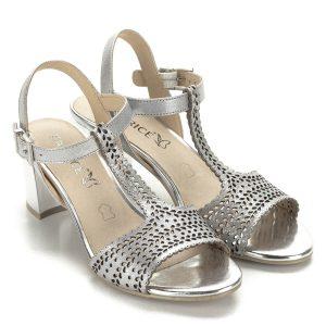 Ezüst színű Caprice bőr szandál. Pántjai jól fogják a lábat, vágott minta díszíti. A szandál kívül-belül bőrből készült, nagyon mutatós és kényelmes darab.