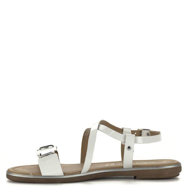 Fehér lakk bőr Marco Tozzi szandál lapos talppal. Elejét ezüst színű fém elemek díszítik. Kényelmes, könnyű szandál.