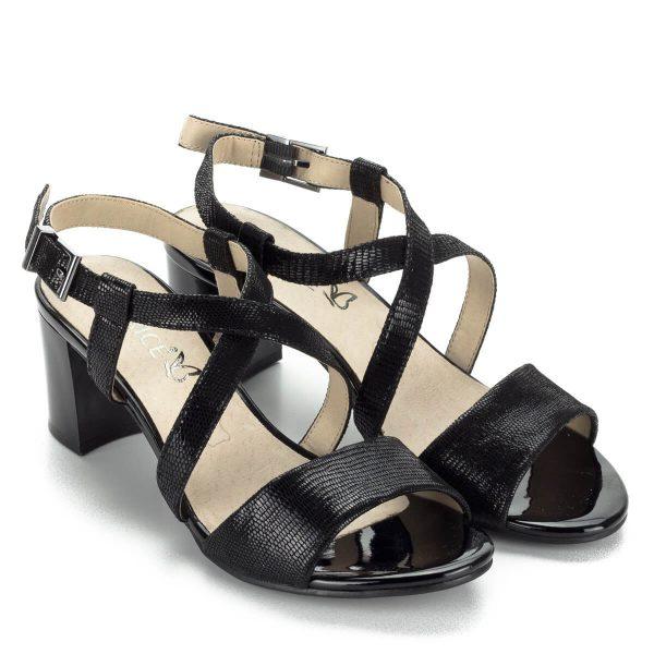 Fekete magassarkú Caprice szandál mintás bőrből. X pántja stabilan tartja a lábat, alkalmi és hétköznapi viseletnek is tökéletes. Sarka 6 cm magas.