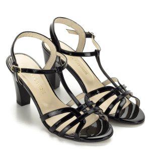 Fekete magassarkú Luca Cavialli szandál lakk bőrből. Kényelmes, stabil sarokkal készült, magassága 8 cm. Csinos magassarkú női szandál.