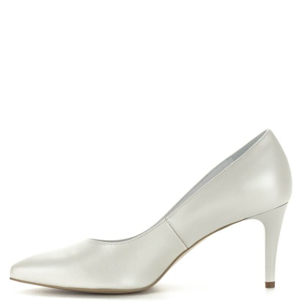Gyöngyházfehér Anis magassarkú cipő. Anyaga bőr sarka 7,5 cm. Díszítés nélküli, letisztult fazon. Hétköznapra és alkalomra egyaránt ajánlott tűsarkú cipő.
