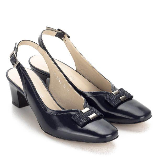 Kék Anis szandálcipő 5 cm-es sarokkal. Fényes kék bőr felsőrésszel és bőr béléssel készült, elején masni dísz kapott helyet. Stabil sarkú kényelmes szandál.