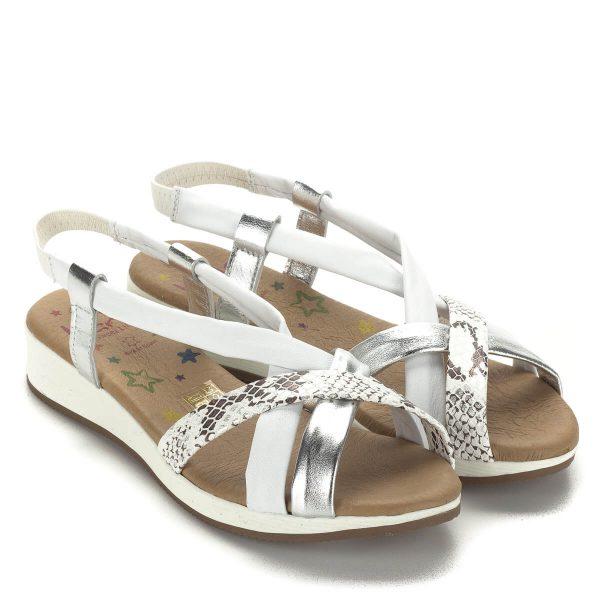 Lapos világos Marila bőr szandál vajpuha talpbéléssel. Fehér-ezüst színkombinációjú szandál csat nélkül. Könnyű belebújni, jól tartja a lábat.