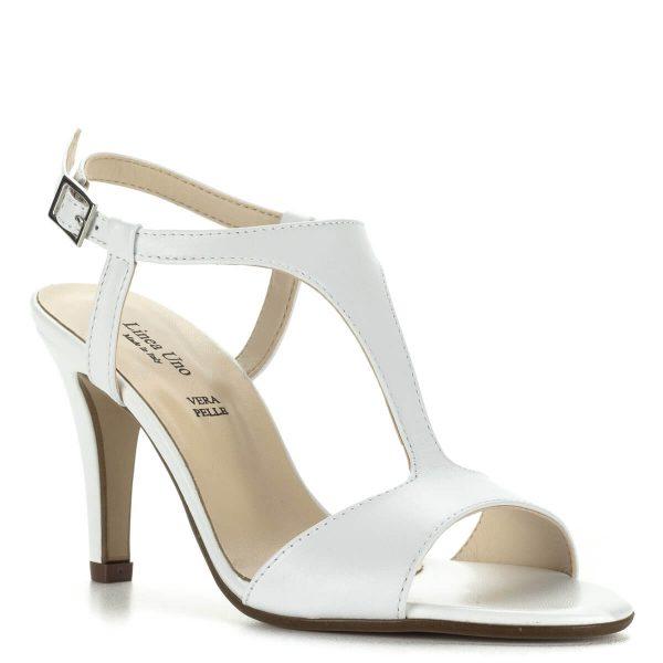 Linea Uno fehér magassarkú bőr szandál. Pántja kecsessé teszi a lábat és jól tart. Anyaga kívül-belül bőr, sarokmagassága 8,5 cm. Elegáns alkalmi szandál.