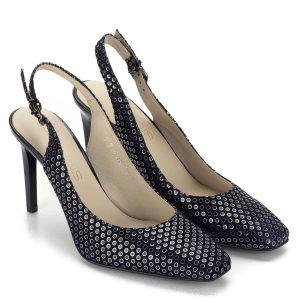 Magas sarkú Anis szandálcipő sötétkék színben, 9 cm magas sarokkal. A sarokpánt bősége csattal állítható. Ezüst színű sorminta díszíti.