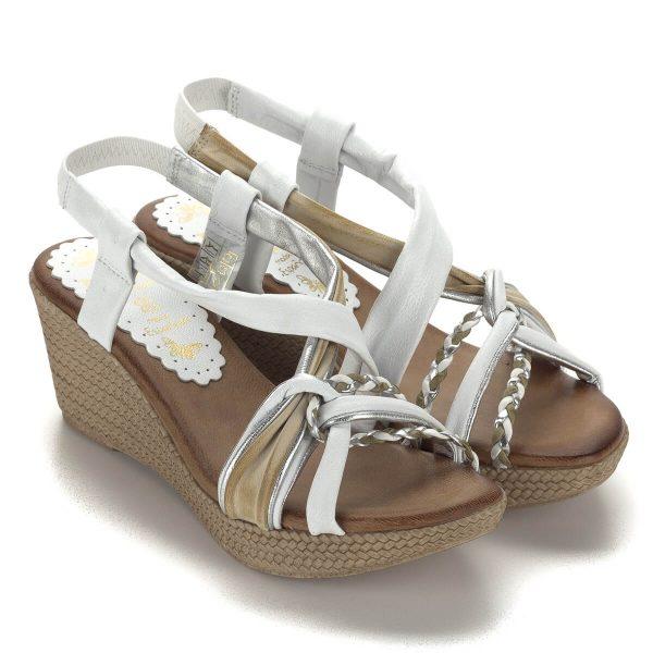 Telitalpú fehér Presso szandál puha bőr talpbéléssel. A fehér szín mellett barna és ezüst részeket tartalmaz, pánjai jól fogják a lábat.