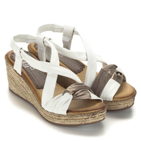 Világos Marila bőr szandál enyhén emelt telitalppal. Bélése nagyon puha bőr, pántjai jól tartják a lábat. Sarka 6,5 cm, talpa 2,5 cm.
