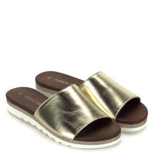 Csillogós arany Marco Tozzi bőr papucs lapos talppal, széles pánttal. Gumi talpán csillogós díszítés fut körbe. Kényelmes, könnyű nyári papucs.