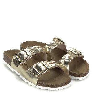 Lapos Cumbia papucs arany színben, kívül-belül bőrből. Pántjai fonottak, mindkettő csattal állítható, így a papucs magasabb, vagy vékonyabb lábra is passzol. Ajánljuk mindazoknak akik divatos papucsot szeretnének, de nem akarnak lemondani az egész napos komfortról.
