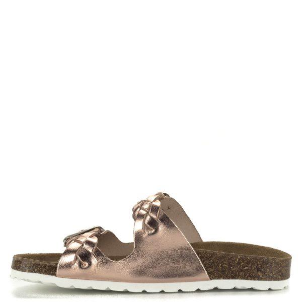 Lapos Cumbia papucs rozé metál színben, állítható pántokkal, fonott díszítéssel. Pántjai és bélése is bőr, a papucs kialakításának köszönhetően természetes kényelmet biztosít a lábnak egész nap.