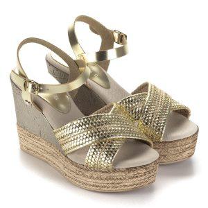 Vaquetillas arany teletalpú spanyol bőr szandál puha párnás talpbéléssel. Felsőrésze és bélése bőr. Sarka 10,5 cm, talpa 3,5 cm.