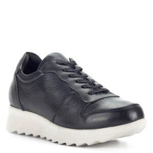 Cumbia fekete bőr sneaker cipő világos gumi talppal. Kényelmes, lezser fazon, nem csak a sportos öltözet részeként ajánlott. Kombinálhatod hosszú ruhával, leggings-szel, a hatás nem marad el. Talpa a sarok részen enyhén emelt. A Cumbia fekete bőr Sneaker a kényelmes hétköznapi szettek tökéletes kiegészítője.