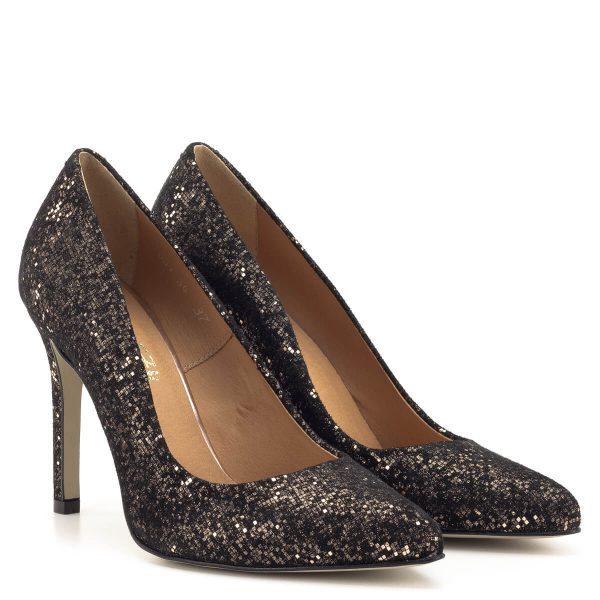 Magas sarkú Lukasz fekete körömcipő csillogós bőr felsőrésszel és bőr béléssel. 9,5 cm magas sarokkal készült, gyönyörű alkalmi cipő.
