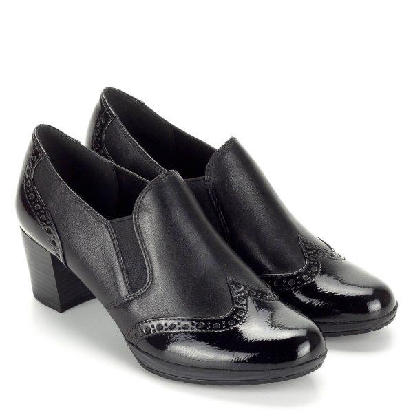 Marco Tozzi zárt női bőr cipő AntiShokk sarokkal. Felsőrésze két oldalt gumi betétes, talpbélése memóriahabos. Talpa enyhén emelt, sarka 5,5 cm magas. A cipő kérgén és orrán lakk bőrrel fedett. A Marco Tozzi bőr cipője kiváló minőségű, a varrások, rátétek kivitelezése kifogástalan.
