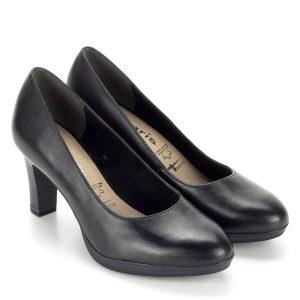 Tamaris platformos magassarkú cipő 7,5 cm-es sarokkal. Talpa kb 1,5 cm vastag. A komfortérzetet emelő extrákkal (AntiShokk sarok, Touch It memóriahabos talpbélés) ellátott klasszikus magassarkú Tamaris cipő fekete színben, mely tökéletes választás munkahelyi viseletnek is. A legtöbb ruhával kiválóan párosítható, kiváló bőr anyagának köszönhetően évekig a kedvenc cipőnk marad.