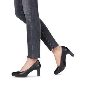 Tamaris platformos magassarkú cipő 7,5 cm-es sarokkal. Talpa kb 1,5 cm vastag. A komfortérzetet emelő extrákkal (AntiShokk sarok, Touch It memóriahabos talpbélés) ellátott klasszikus magassarkú Tamaris cipő fekete színben, mely tökéletes választás munkahelyi viseletnek is. A legtöbb ruhával kiválóan párosítható.