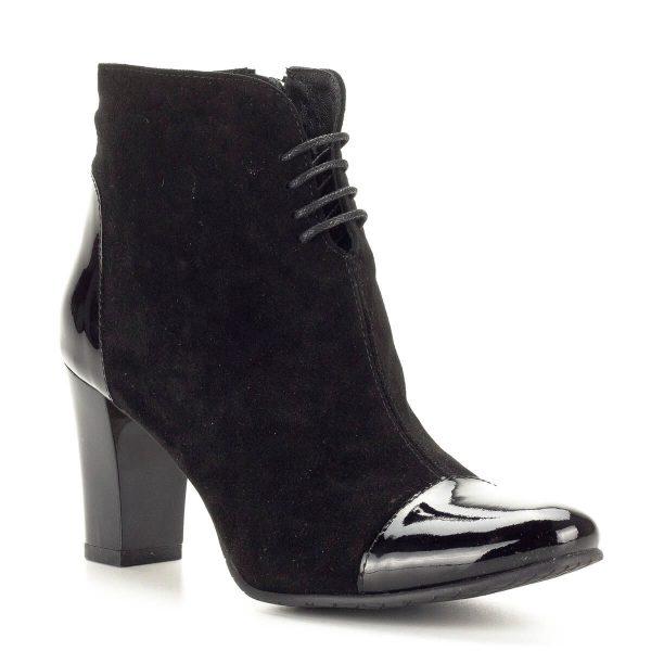 Clarette fekete magassarkú bokacipő velúr bőr és lakk bőr kombinálásával. A bokacipő textil béléssel készült, a szár felső részének bősége fűzővel szabályozható. Sarokmagassága 7,5 cm.