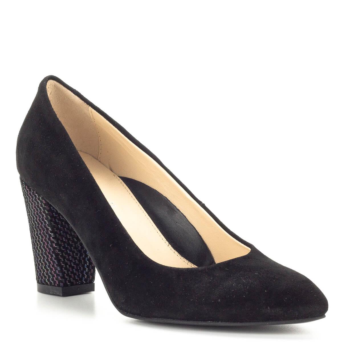 ... Clarette fekete magassarkú cipő velúr bőr anyagból bőr béléssel. A cipő  orra enyhén nyújtott 1dc25e5e41