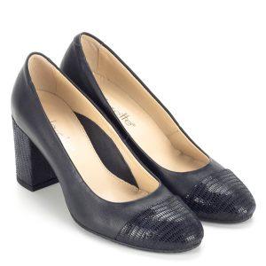 Clarette kék magassarkú női cipő bőr béléssel és bőr felsőrésszel. Csinos, elegáns női cipő egész nap kényelmes, 7 cm magas sarokkal. A cipő orrán és sarkán strukturált, mintázott bőr fedés díszíti. Munkahelyre és alkalmi cipőként is tökéletes.
