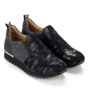 c98bf3e5bf Fekete Caprice női cipő két oldalt gumi betéttel. A cipő bőrből készült, bőr  béléssel
