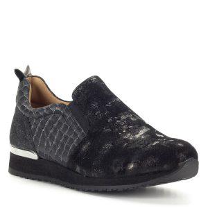 Fekete Caprice női cipő két oldalt gumi betéttel. A cipő bőrből készült, bőr béléssel, sarkánál fém csík díszíti. Nagyon kényelmes sportcipő fazon kerek orral, csilli-villi fekete színben.