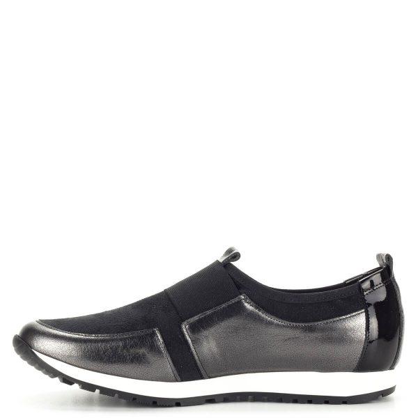 Fekete Carla Ricci női cipő fehér gumi talppal. Lapos sportos bőr cipő, lábfejen gumi pánttal. A fiatalos, kényelmes sportcipő kívül-belül bőrből készült.