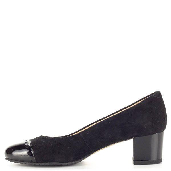 Fekete Clarette női cipő kis sarokkal, velúr bőr felsőrésszel. A cipő orrát fedő lakk bőr és a fényes cipősarok elegáns kontrasztot teremt a velúr cipővel. Sarka 4,5 cm magas, bélése természetes bőr.