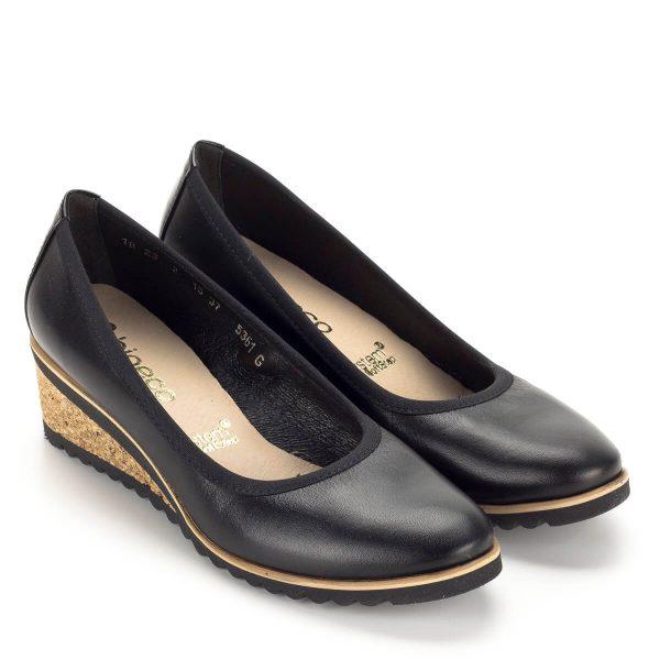 Fekete telitalpú Bioeco cipő közepes magasságú, 5 cm-es sarokkal. A kényelmes telitalpú cipő az egész talpat alátámasztja, hosszú távon is nagyon kényelmes. Kívül-belül természetes bőr cipő parafa hatású talppal.