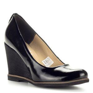 Női telitalpú cipő 9 cm magas sarokkal. Sarka bőrrel bevont, apró mintával díszített. A magas sarok nyújtja és hosszúvá varázsolja a lábat. A cipő bőrből készült, bélése is természetes bőr.