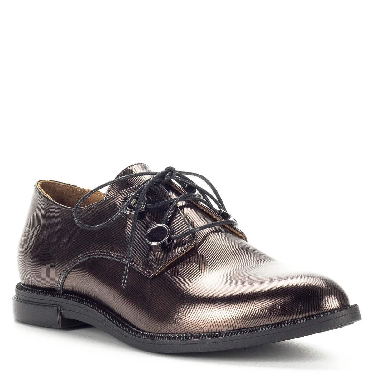 A zárt fűzős cipők  Pemla fűzős női cipő bronz színben lapos sarokkal. Anyaga  bőr. A zárt fűzős cipők ... 05b394565c