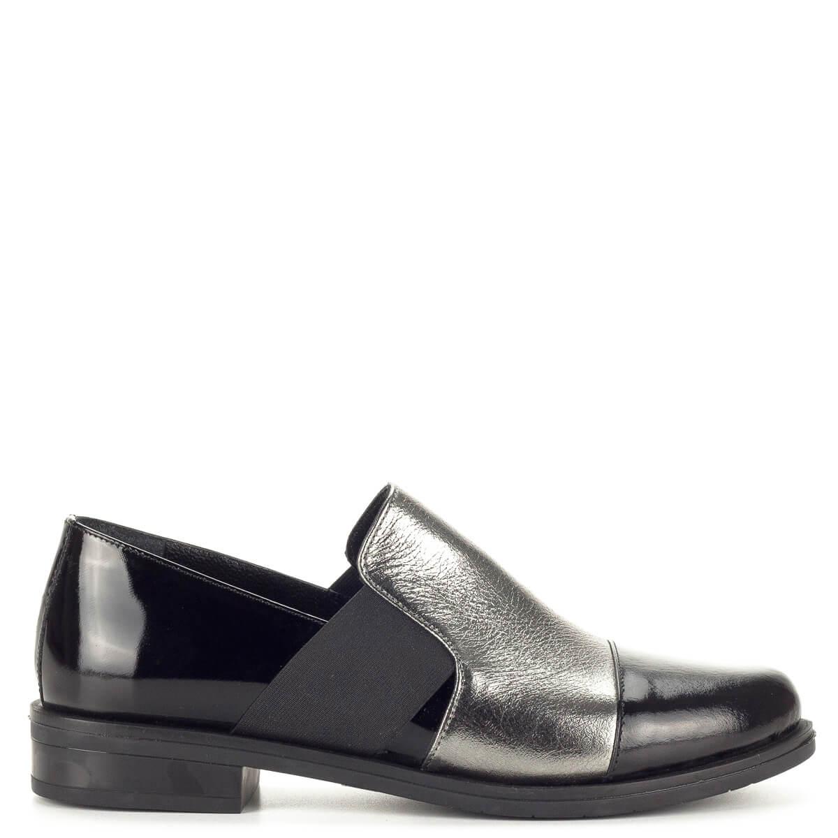 A cipő enyhén  Sherlock Soon női bőr félcipő fekete lakk bőr és ezüst bőr  kombinálásával. 8bb05037e7