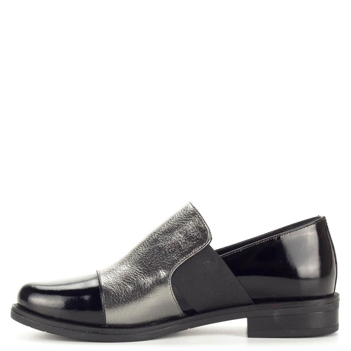 452cb02822 A cipő enyhén; Sherlock Soon női bőr félcipő fekete lakk bőr és ezüst bőr  kombinálásával. A cipő enyhén