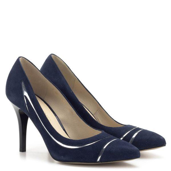 Anis cipő sötétkék színben, oldalában ezüst csíkkal. Kívül-belül természetes bőrből készült magassarkú cipő 9 cm-es sarokkal. Anyaga: velúr bőr