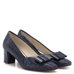 Sötétkék Anis bőr cipő Márka: Anis Szín: Kék Sarok magassága: 55 mm Anyag: Bőr Bélés anyaga: Bőr Modellszám: 3567 DARKBLUE Rendeltetés: Női cipő, Alkalmi cipő Egyéb: 5,5 cm-es sarokkal készült kék Anis bőr cipő, elején masni dísszel. Különleges felületű bőr felsőrésszel készült.