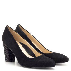 Clarette fekete magassarkú cipő velúr bőr anyagból bőr béléssel. A cipő orra enyhén nyújtott, sarka színes mintás bőrrel bevont. Sarokmagassága 7,5 cm, de a tömbsaroknak köszönhetően a cipő stabil és egész napos viselés esetén is kényelmes.