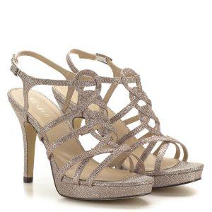 Platformos MENBUR szandál rozé színben, 2,5 cm vastag talppal. A szandál vékony pántjai és a pántok által formázott minta csodássá varázsolják a lábat, a kifinomult, nőies megjelenés garantált.