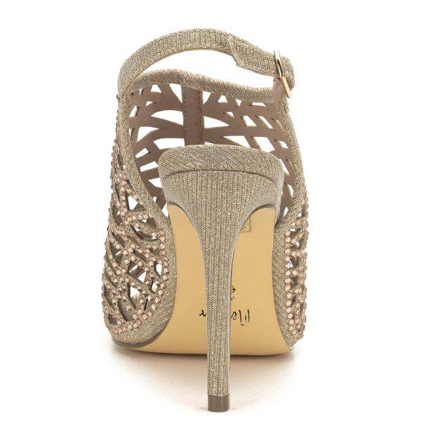 Magas sarkú bézs MENBUR szandál 9 centis sarokkal. Csillogós pántjai sűrűn kövekkel díszített. Stabil tartású, nagyon mutatós szandál, párnázott talp résszel, a MENBUR spanyol cipőgyár új kollekciójának egyik legszebb darabja.