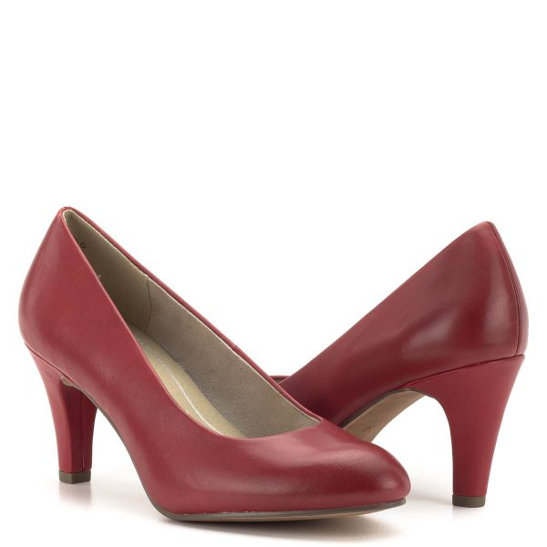 Marco Tozzi cipő piros színben, 7,5 cm magas sarokkal. A cipő felsőrésze díszítés nélküli, varrásokat nem tartalmaz. Sarka bőrrel bevont, orra kerekített, így a láb kényelmesen el tud helyezkedni benne. Marco Tozzi Feel Me memóriahabos talpbéléssel készült. - Marco Tozzi 2-22442-22 533